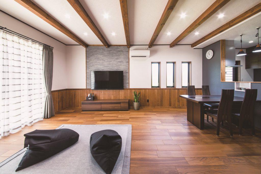 ガルバと無垢材の家